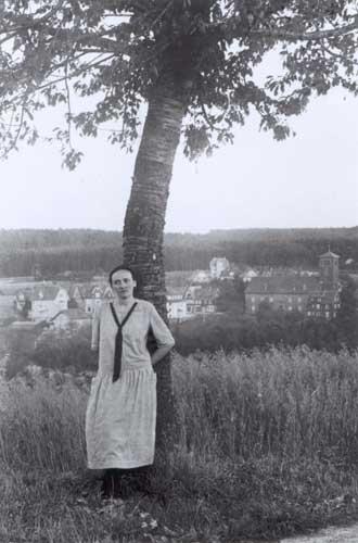 Gertraud von Bullion, Mitgründerin der Schönstätter Frauenbewegung, 1922 und 1926/27 Kur in Schömberg wegen Tbc-Erkrankung, an einem Baum stehend, Schwarz-weiß-Foto