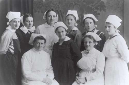 Gertraud von Bullion, Mitgründerin der Schönstätter Frauenbewegung. Erster Weltkrieg: Rote-Kreuz-Schwester im Lazarett am Bett eines Verwundeten. Schwarz-weiß-Foto