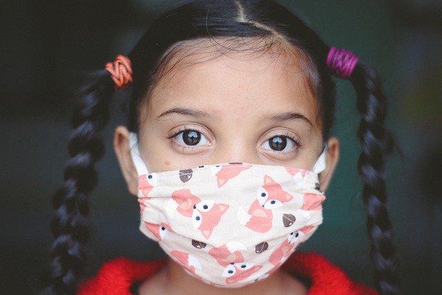 Mädchen mit Mund-Nase-Bedeckung